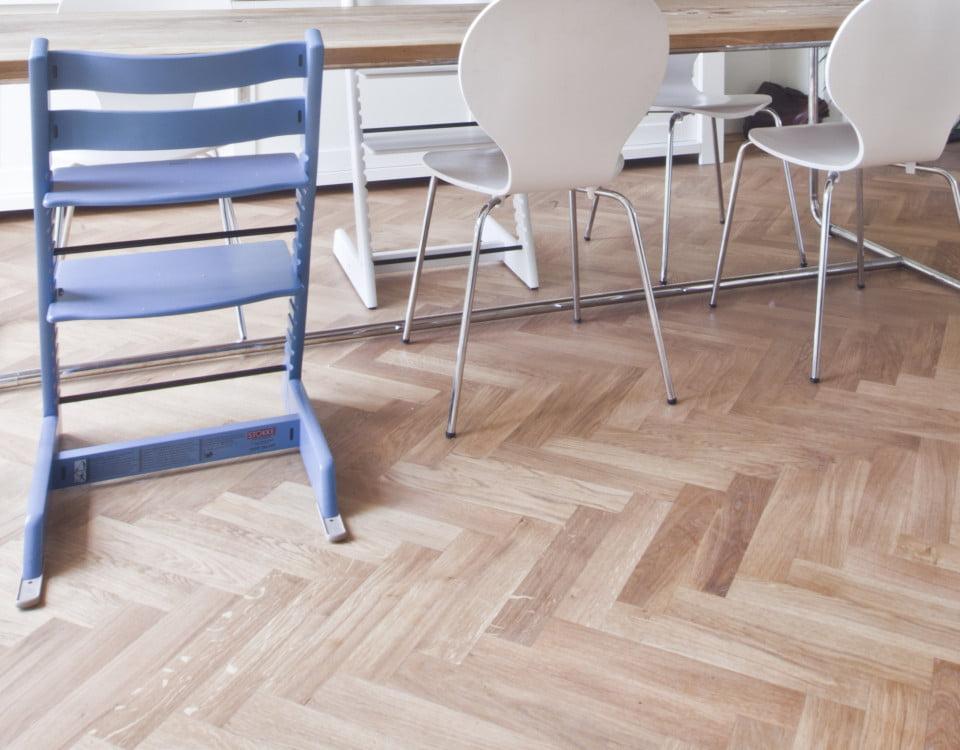Leggen van Eikenhout visgraat kleine plank - Vloerenbedrijf Bezema